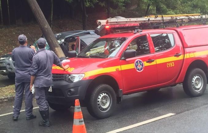 Viatura da Polícia Civil colide contra poste em Ipatinga