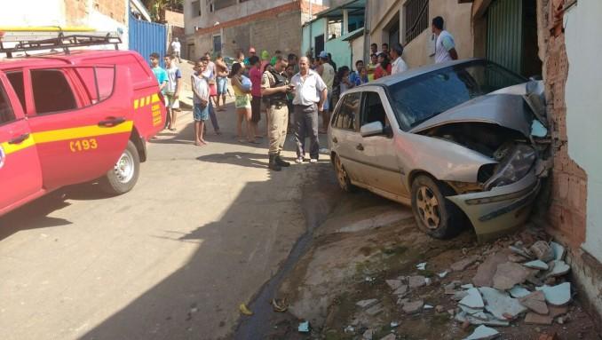 Motorista perde controle de carro e colide contra portão de residência em Ipatinga