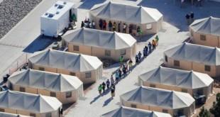 Crianças imigrantes andam em abrigo improvisado do Texas no dia 19 de junho de 2018, quando política de tolerância zero dos EUA ainda estava em vigor - Mike Blake / REUTERS